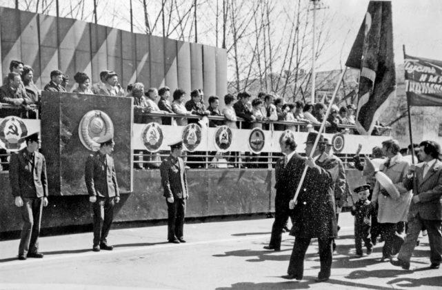 Демонстрантов приветствует Н. И. Сазыкин