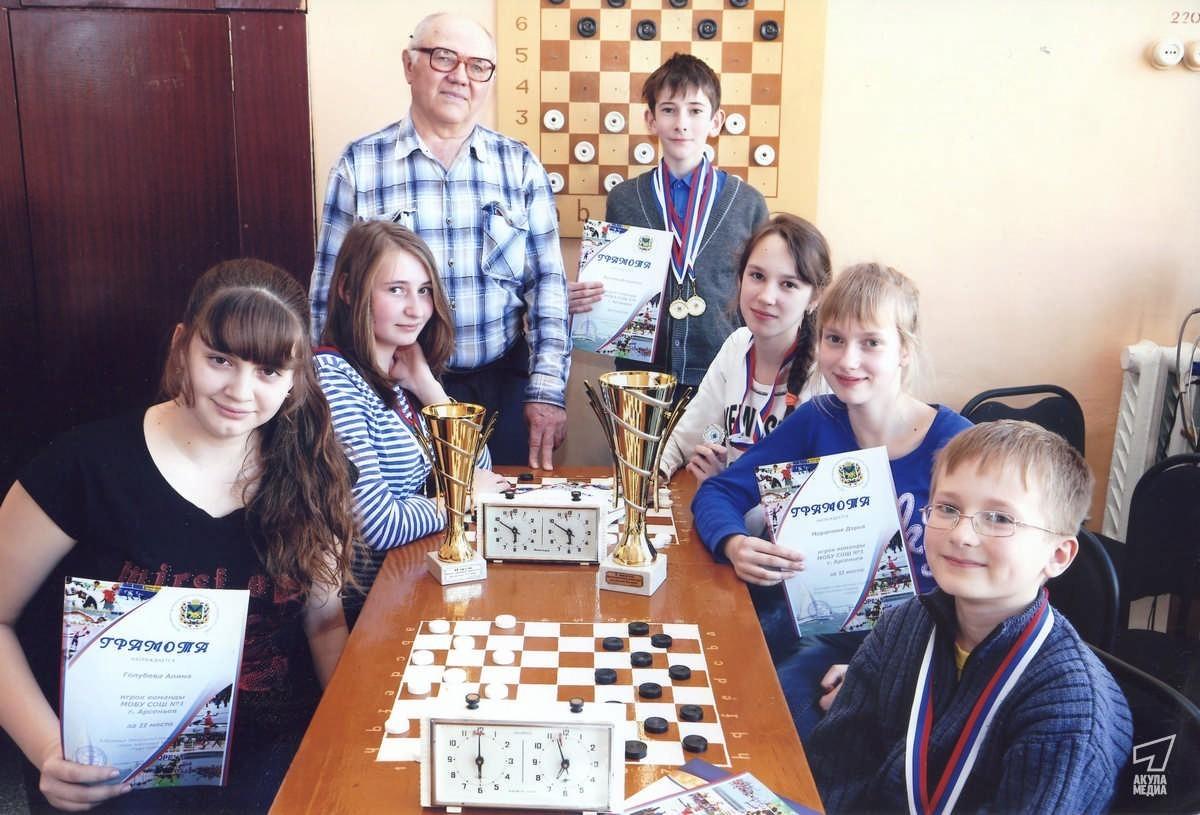 Гробов с юными шашистами