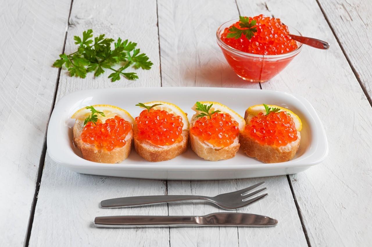 Красная, отнюдь не заморская, икра - праздничное блюдо для миллионов россиян