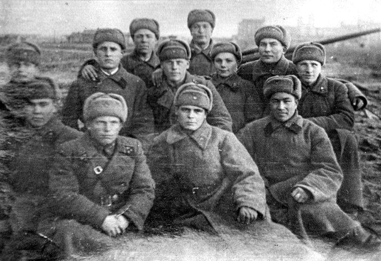 Мандругин Николай Александрович (в верхнем ряду второй справа)