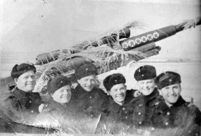 Ревякин Михаил Федорович (второй слева)
