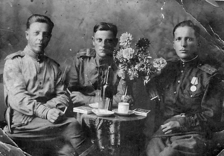 Селюк Яков Мефодьевич (в центре)