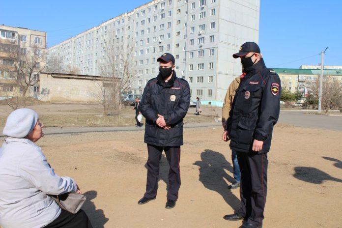 Полицейские проводят профилактическую беседу
