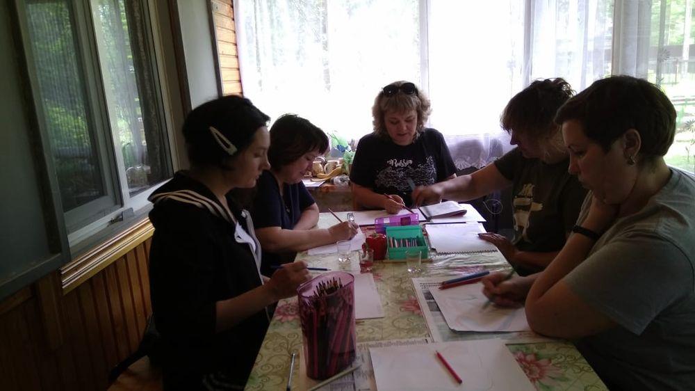 Юлия Владимировна проводит занятие по нейрографике.