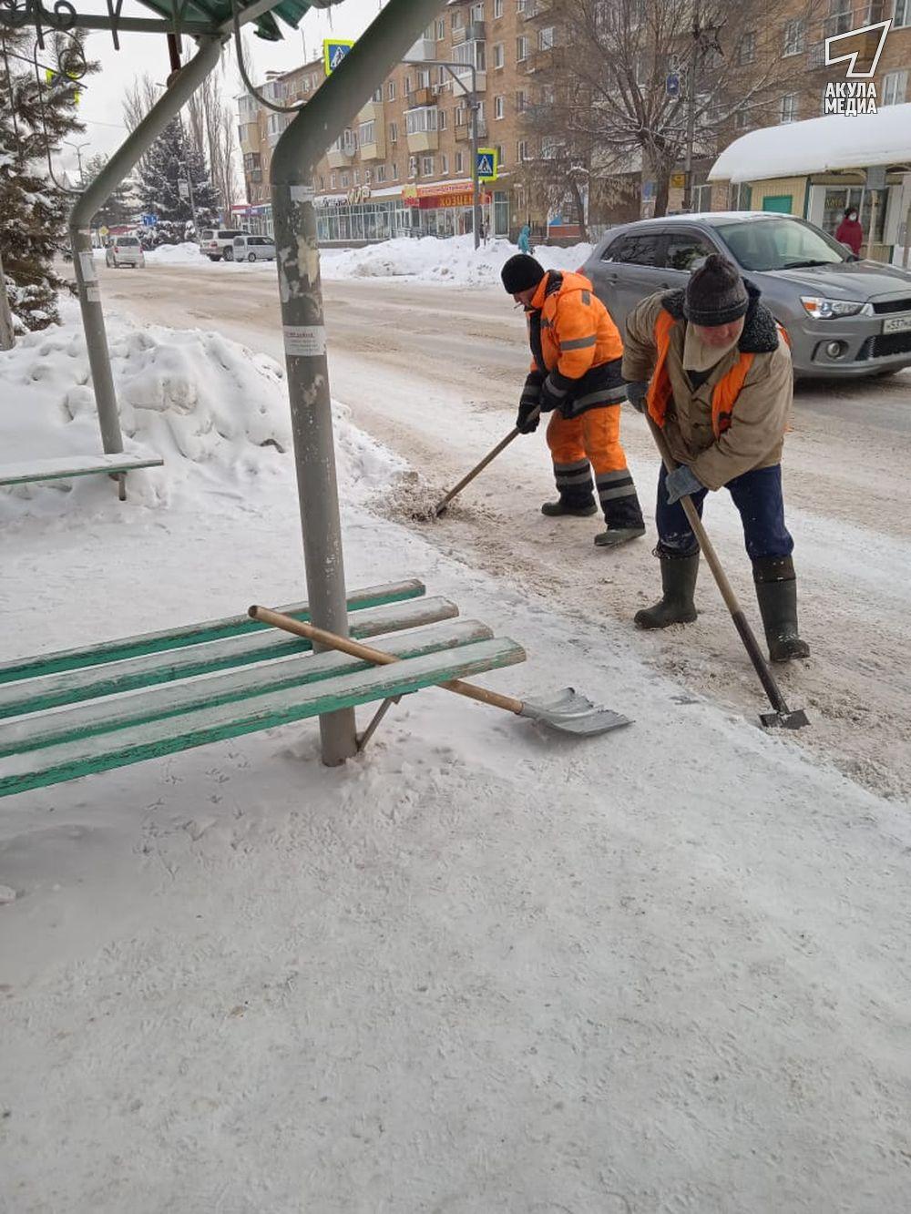 Убирают снег на остановках